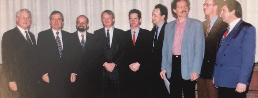 Verleihung des ersten Umweltpreises: v.li. Beiratsvorsitzender Wolfgang Schultze, Umweltminister Klaus Töpfer, die Preisträger, Vorstandsvorsitzender Jürgen Walter
